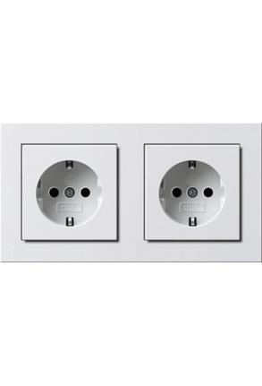 Două prize Schuko GIRA E2 flat cu ramă dublă alb lucios